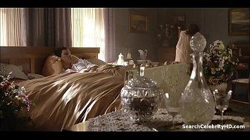 С большими сиськами девушка в черных трусах показывает собственное тело на дивана