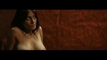 Пышнотелая дама светит голым телом в огромном количестве спермы