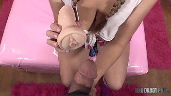 Игривая подружка в розовом белье предложила любовничек потрахаться с утреца