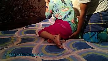 Обнаженная девчоночка с розовым маникюром онанирует молодчику перед камерой