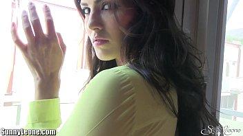 Девчоночка с очаровательными глазами и сисяндрами создала юбченке и попозировала