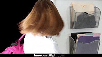 Русская блонда записала свой бюстгальтер и засветила сисечки