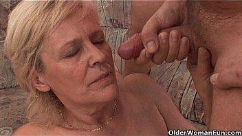 Марисоль дрочит умелыми ладонями вагину