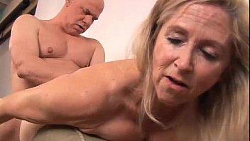 Роскошная блонда глория онанирует свою сладкую пизду