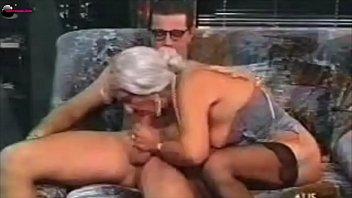 Свирепая тёлочка поручила своему рабу вылезать ей анал