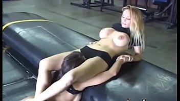 Факер лобызает половую щелочку подруги, сидящей у него на лице