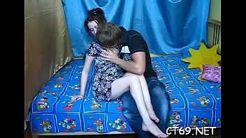 Имеет свою русскую молодую девчонку в дырочку