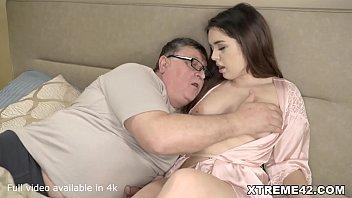 Интимный массаж с грудастой кралей закончился сексом на столе