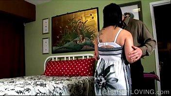 Юноша подвез молодую девчонку и вдул ей на длинный кровати