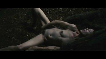 Зловещая девушка показывает мохнатую пизду и висячие сиськи