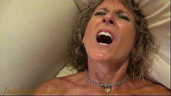 Стриженная мамаша в нейлоновых чулках ебет себя дилдо на кафельном полу