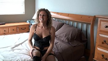 Плоскодонка в черном как смоль болеро наслаждается поревом в задницу