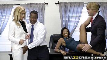 Кудрявая женщина развела анус на анальном порно отборе
