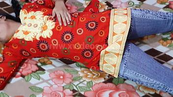 Коротковолосая рыжуха демонстрирует добытую в гандон вафлю партнера