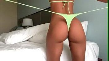 Парнишка вводит свой пенис в упругую задницу страстной брюнетки