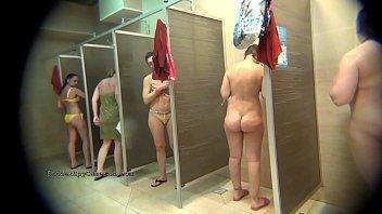 Сексапильная тетка из россии надевает колготки и крутит огромный попкой перед камерой