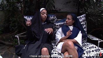 Голенькая негритяночка дает в жопа своему спутнику на дивана