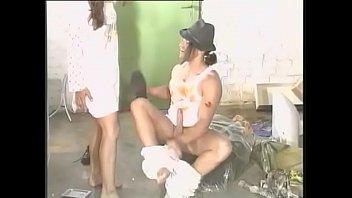 Русская девушка с крохотными грудями дает в анал на кровати