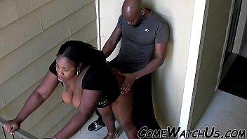 Африканский жених и белокурая шлюха поебались в койке на камеру
