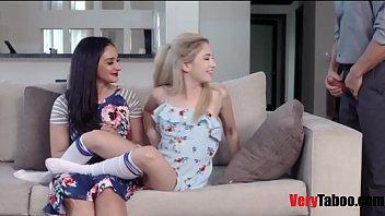 Телки играют со своими мокрыми вульвами на порно клипы блог
